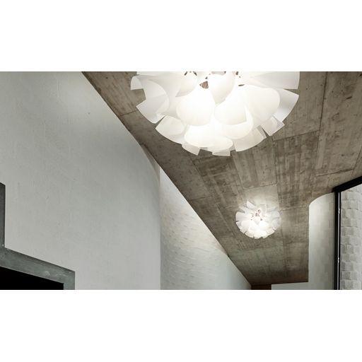 Designer : Hiroki Takada, 2012 Deze hanglamp heeft een ontwerp in Japanse stijl. Decoratieve elementen in synthetisch papier, opgehangen met rode polymeer details.
