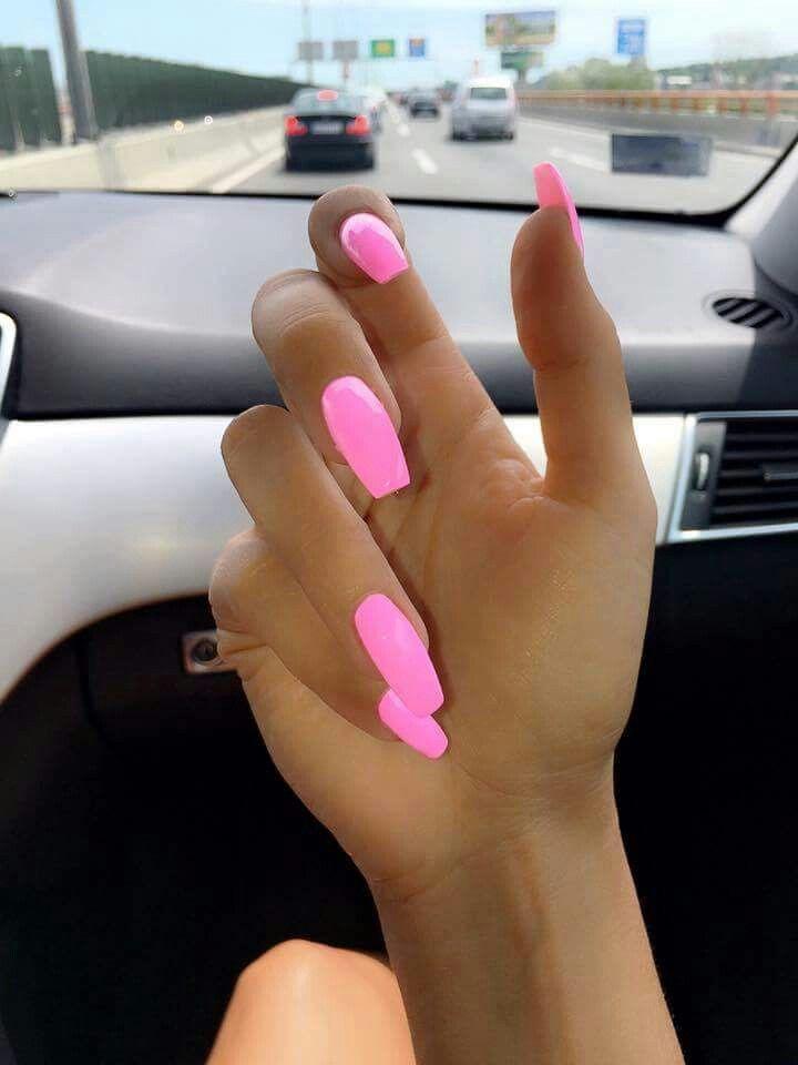 Schöne und hübsche rosa lange Nägel