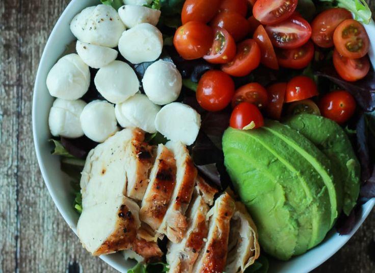 Σαλάτα με φιλέτο κοτόπουλο και αβοκάντο Δροσερό και χορταστικό γεύμα.