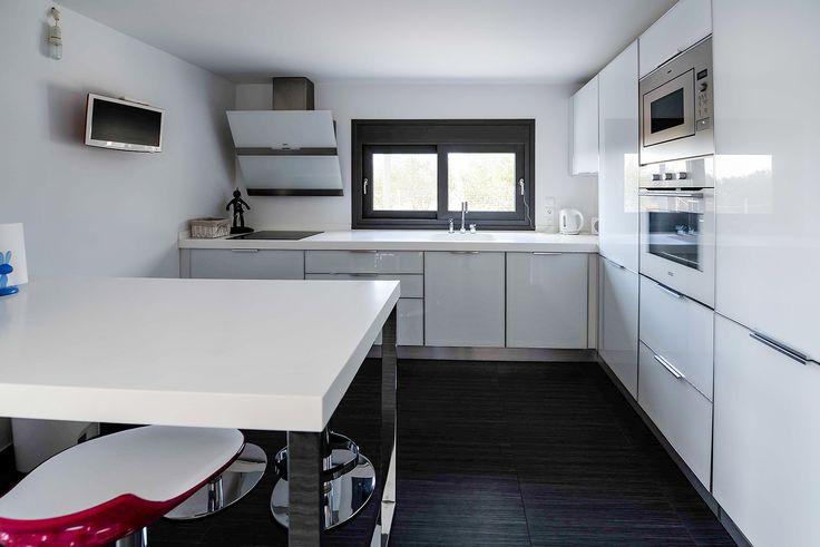 Κουζίνα σε λευκές αποχρώσεις που ενισχύει το φωτισμό στο χώρο #efimesitiko #realestate #evros