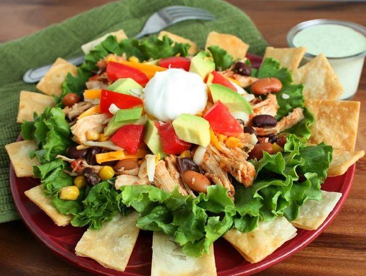 Ciò che rende speciale questa #insalata alla #messicana è la combinazione di sapori diversi che si fondono perfettamente insieme: #petto di #pollo, #fagioli neri, #mais, lattuga iceberg, formaggio cheddar, pomodori, #avocado e coriandolo, il tutto servito con #tacos e salsa a base di panna acida, maionese e succo di lime.  #texmex #recipe