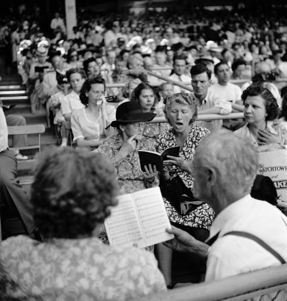 Witnesses singing at 1947 Chicago convention. At Wrigley Field.