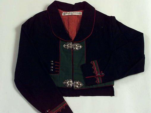 DigitaltMuseum Påskrift (Merkelapp): Denne jakken er er kopi / etter en gl. j. fra Aamlid / Aust-Agder (1939-40). Jakken / skal ligge til vi har gransket / hele bunaden m/jakke. / 24-8-54 v/ disp. Nordby
