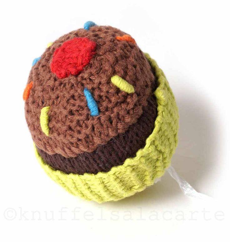Knitted cupcake rattle baby toy http://www.knuffelsalacarte.nl/nl/pebble-toys-cupcake-rammelaar.html