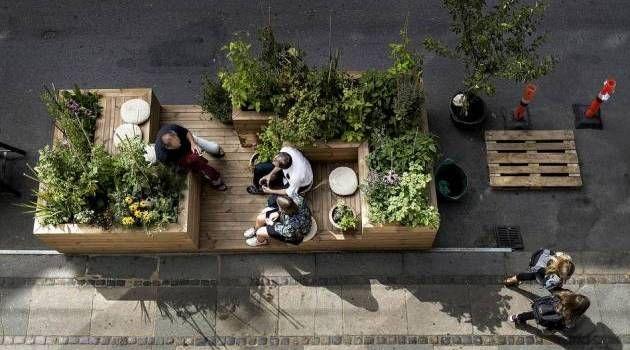 Pauseplante. Bylivskassen med spiselige planter er i en måned parkeret midt i Absalonsgade. Nabohuset til galleriet er ved at blive renoveret, så det for tiden faktisk er en byggeplads og ikke en bil, der har måttet afgive en bås for den midlertidige bynaturs skyld. - Foto: Peter Klint
