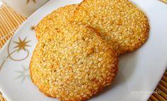 Szezámkeksz recept (x)  Hozzávalók:  25-30 szezámkekszhez: 20 dkg szezámmag 2 tojás fehérje 6 dkg vaj 6 dkg liszt 10 dkg cukor 1 ek méz csipet só Kevés olaj