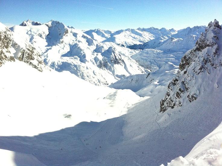 Skifahren in Lech, Österreich: Teil des Skigebiets Ski Arlberg, schneesicher und viele unpräparierte Skirouten, Highlight: Der weiße Ring. Mehr Infos im Skiführer auf snowplaza.de. #skiing