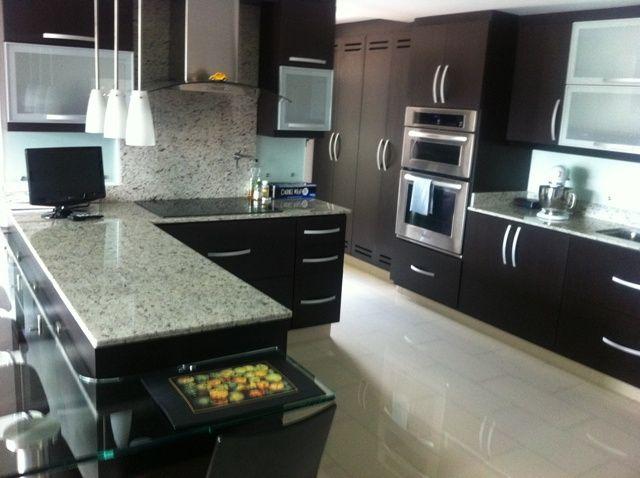 Con excelentes acabados 2 alcobas 2 ba os cocina super moderna abierta con barra balcon - Cocinas super pequenas ...