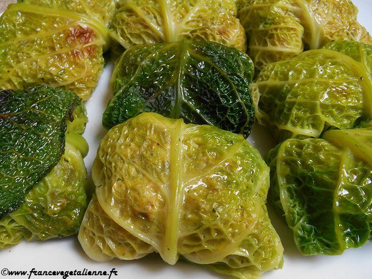 Joliment rebondie, la paupiette de chou est, comme le suggère son nom, une feuille de ce légume enroulée autour d'une farce et cuite au four. Un chou vert pommé s'impose. La farce, elle, dépend de ce dont on dispose: pour nous, oignons rouges, échalote, riz et tofu fumé (en remplacement de
