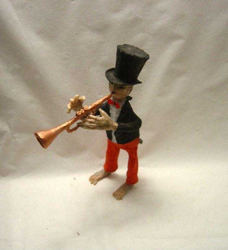 """muzikant I Jazzman je jeden z početné skupiny muzikantů kteří se tvoří v našem ateliéru. Tento muzikant má velikost 27x17x 08 cmMuzikant je vyroben z tvrzené papírové hmoty a povrchově upraven. Byl použit paverpol tak model odolá částečnému vlhku. Oscar Wilde- """"Hudba je nejdokonalejší typ umění: neprozradí nikdy svoje tajemství."""""""