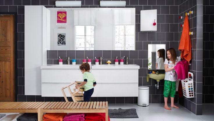 Une grande salle de bain avec deux lavabos, des miroirs et un élément haut
