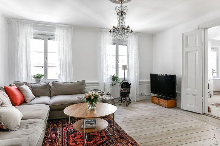 Välkommen till denna otroligt charmiga och välplanerade lägenhet med anor från 1700-talet. Fantastisk ljusinsläpp tack vare fönster i fyra väderstreck. Perfekt för familjen med möjlighet till 4 sovrum, möblerbar balkong mot innergården och en fungerande kakelugn i vardagsrummet. Ett flertal orginaldetaljer finns bevarade såsom breda golvplank, vedspis och kakelugn. Hela lägenhe...