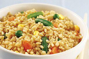 Le riz non cuit est à la base de ce riz frit éclair qui se prépare en quelques minutes seulement.