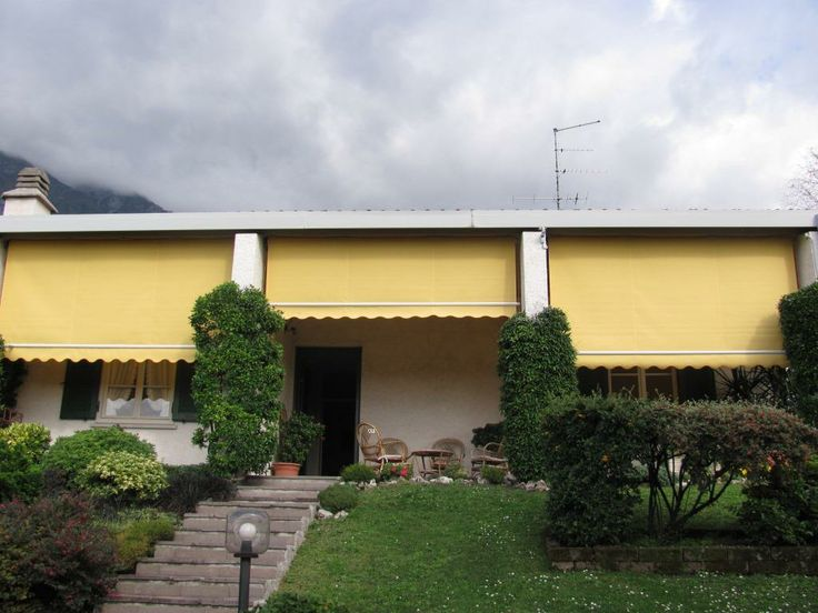 Installazione di tende da sole a caduta verticale, motorizzate. Proteggono la casa e il portico dai raggi diretti del sole e dalla pioggia permettendo un miglior sfruttamento dell'area porticata.