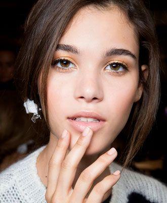 Dingen die je moet weten over foundation. Hoe breng je het op de juiste manier aan voor een flawless make-up look? Het belangrijkste is eigenlijk wel dat je een ronde kwast gebruikt voor een perfect resultaat. Een bufferkwast- of  stippling brush is hier een voorbeeld van.