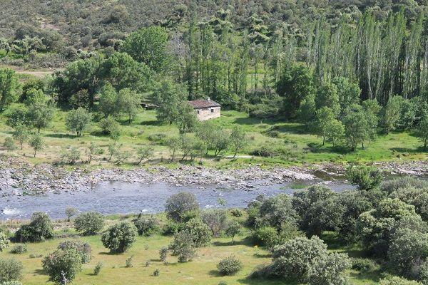 Een schitterende route door de bergketen Sierra de Francia en Sierra de Bejar. Deze ligt op de grens van Castillië en Leon en Extramadura. Hier bevind je je in het nog authentieke Spanje, met kronkelende wegen door olijf- en amandelgaarden, en kleine dorpen waar de tijd lijkt te hebben stilgestaan.