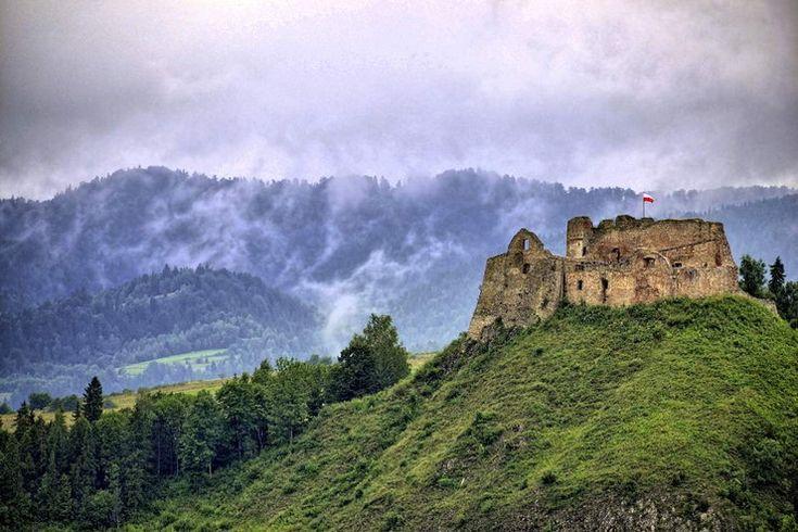 Zamek w Czorsztynie – ruiny gotyckiego zamku z XIV wieku, położone na wzgórzu nad Dunajcem w granicach Pienińskiego Parku Narodowego