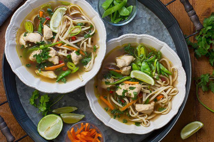 Ingen annen suppe har ord på seg for å kunne lindre så mange plager og lidelser som kyllingsuppe. Den varmer helt ut i fingertuppene på kalde regnværsdager og kan dempe eksamensangst. En dårlig dag på jobben ser plutselig lysere ut og til og ...