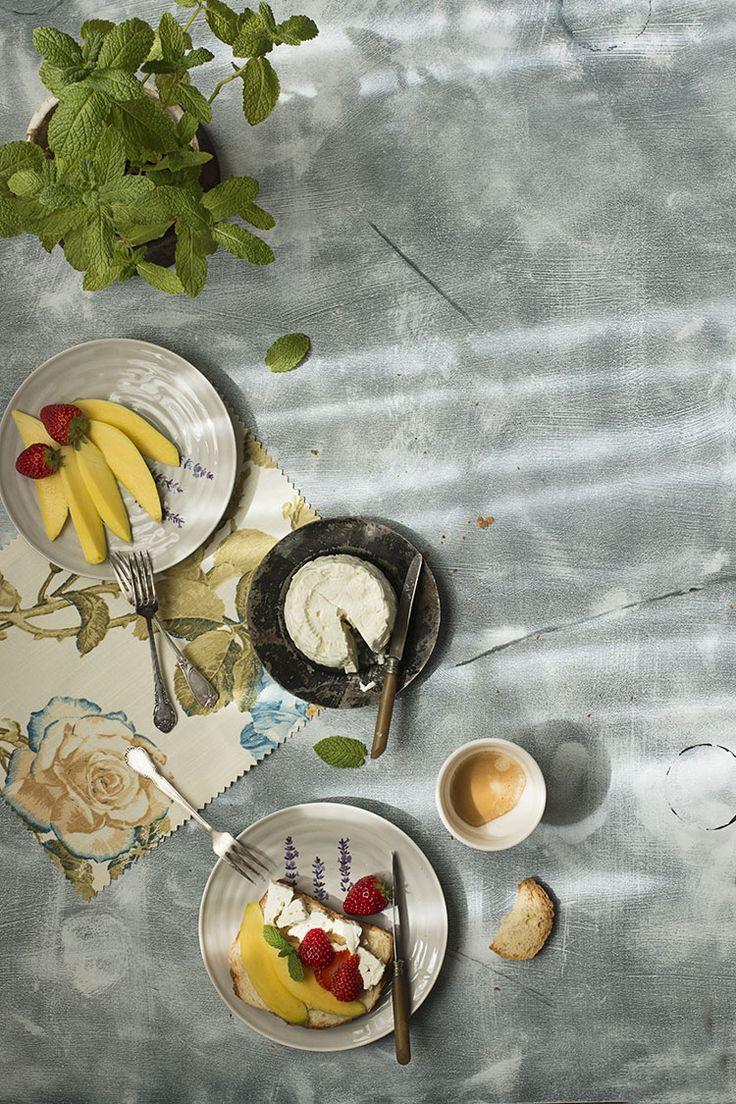 Breakfast Toast with mango, strawberries and fresh cheese with Expresso coffe and mint. Desayuno con  Tostada con Mango, Fresas y queso fresco con menta. Café Expresso