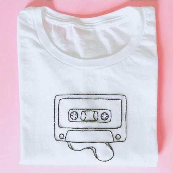 """Handbesticktes weißes T-Shirt """"Audiokassette"""" – #…"""