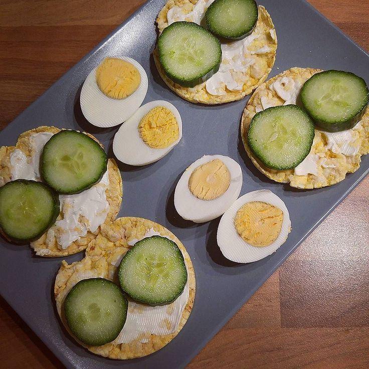Guten Morgen meine Lieben!  ich habe zwar gar keine Zeit heute morgen da ich schon spät dran bin aber ohne Frühstück kann ich nicht aus dem Haus - deshalb gibt es jetzt schnell einpaar Maiswaffeln mit Gurke und Frischkäse sowie Ei  habt mir einen schönen Montag!  #gesundleben #gesundessen #gesundabnehmen #weightloss #wir2punkt0 #weightlossjourney #abnehmenohnezuhungern #abnehmmotivation #abnehmtagebuch #abnehmen2016 #abnehmen #abgerechnetwirdamstrand #lowcarbdeutschland #lowcarb #lchf…