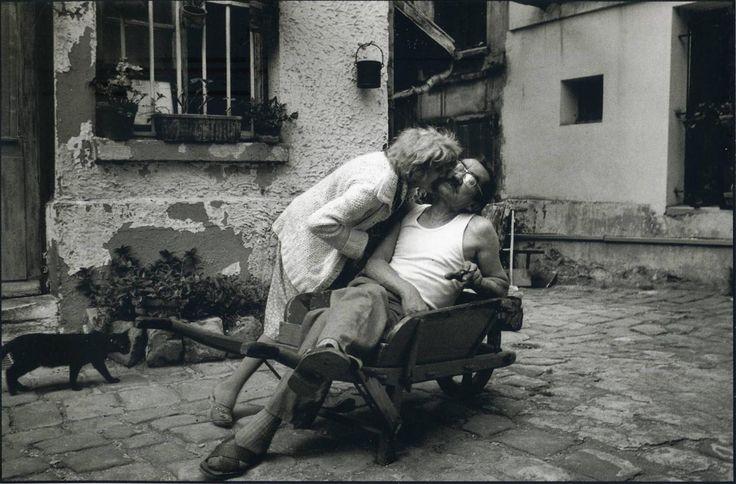 Peter & David Turnley - In tempi di guerra e pace https://www.facebook.com/media/set/?set=a.1023070877794395.1073741857.126638640770961&type=1&l=94c47f475d Una eternità per preparare questo nuovo album sui Maestri della fotografia contemporanea. Ma io credo che le immagini possano insegnare ancor più dei libri, trasmettere conoscenza, far comprendere errori. E poi, la fotografia è stata (ed in fondo è anche se non posso più praticarla) il mio grande amore insieme alla lettura. Spero che vi…