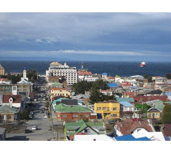 Punta Arenas est une ville portuaire du Chili dans le détroit de Magellan. Capitale de la région de Magallanes et de l'Antarctique chilien, elle est située dans la péninsule de Brunswick. Elle a été fondée le 18 décembre 1848.