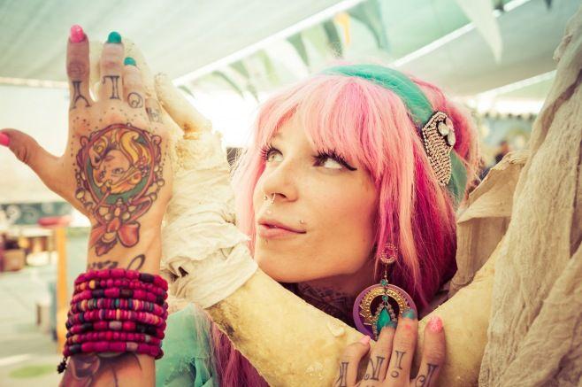 İnsan Irkının En Çarpıcı Fotoğrafları - Genç, pembe saçlı bir bayan, ABD