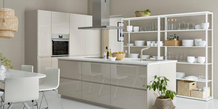 Weiße von IKEA: In dieser Küche ist eine Kochinsel in Magnolia mit Hochglanz-Fronten im Mittelpunkt.