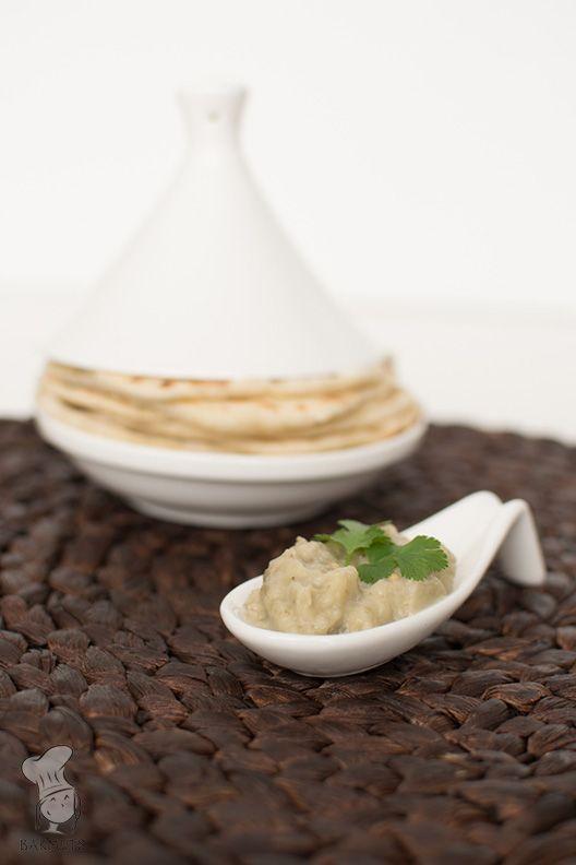 Baba ghanoush met zelfgemaakt platbrood - Dit is een Midden-Oosterse mezze (een hapje) gemaakt van aubergine. Het is een lekker fris gerechtje en het platbrood smaakt er heerlijk bij! (Lees het recept via de bron.)
