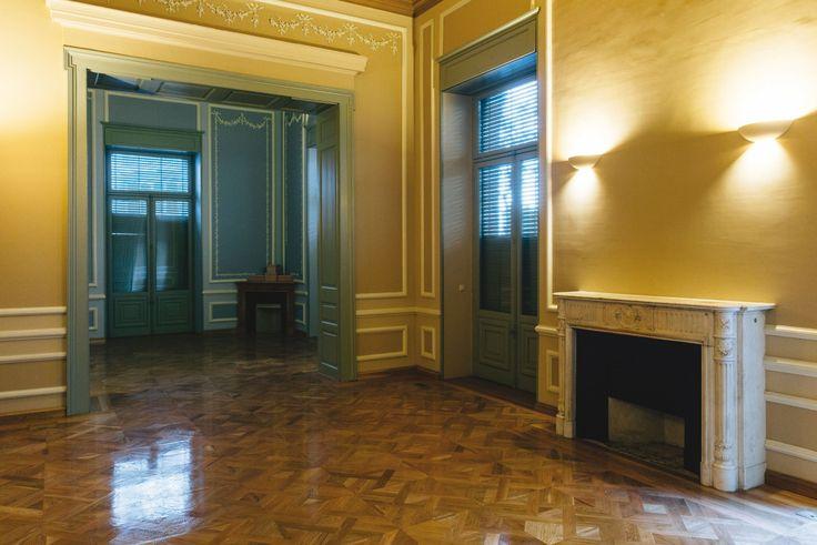 Θάλαμος με γύψινες διακοσμήσεις και τζάκι που θυμίζει πρωθυπουργική κατοικία.