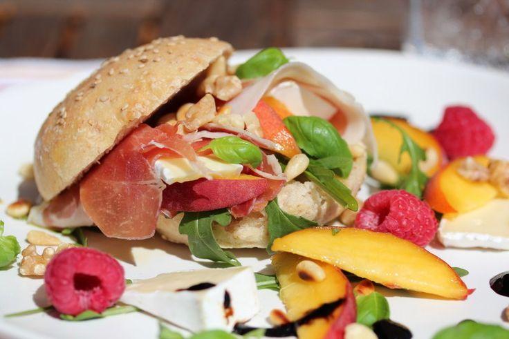 Skinkesandwich med brie, nektariner og balsamicosirup