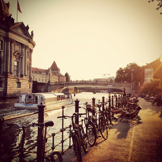 Das Spreeufer an der Museumsinsel in Berlin Nicht nur in der Abenddämmerung ein magischer Ort