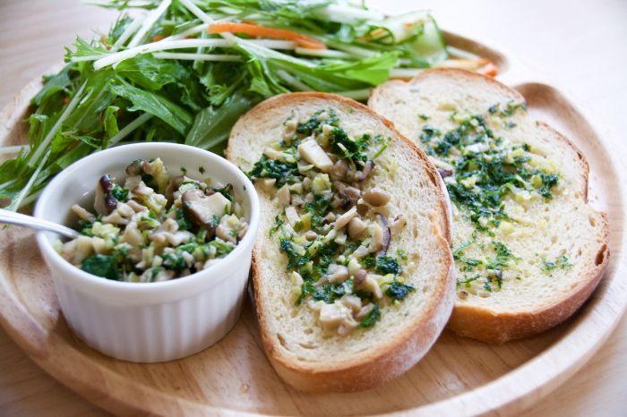 イタリアで肉料理や煮込み料理に添える「グレモラータ」は、パセリの爽やかさとレモンの酸味が、料理をスッキリとおい […]