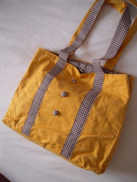 Sac à mains: Poussin en smoking Sac à mains en coton jaune moutarde. Deux bandes de maintien en vichy marron et 3 petit boutons assurent le contraste et donnent un peu de peps à l' ensemble. Une grande poche fermée par pression à l'intérieure permet de...