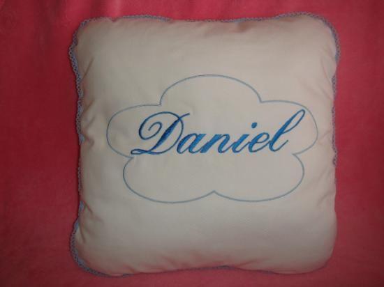 Realizado en pique blanco 100% algodon,medidas 40x40 , nombre  bordado en el color elegido; rosa, cleste,azul oscuro