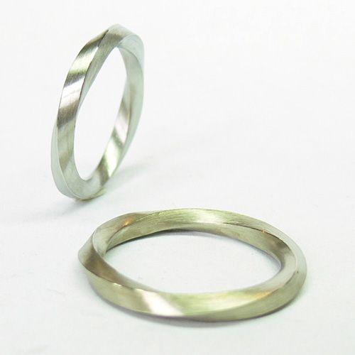 Gedraaide trouwringen (mobius dubbele draai)