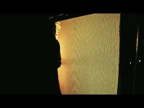современное искусство становится более интерактивным. новые технологии с использованием программирования и экрана из спандекса позволяют создавать необычные визуальные эффекты. при єтом движения человека влияют не только на форму экрана, но и на громкость и скорость звуков.