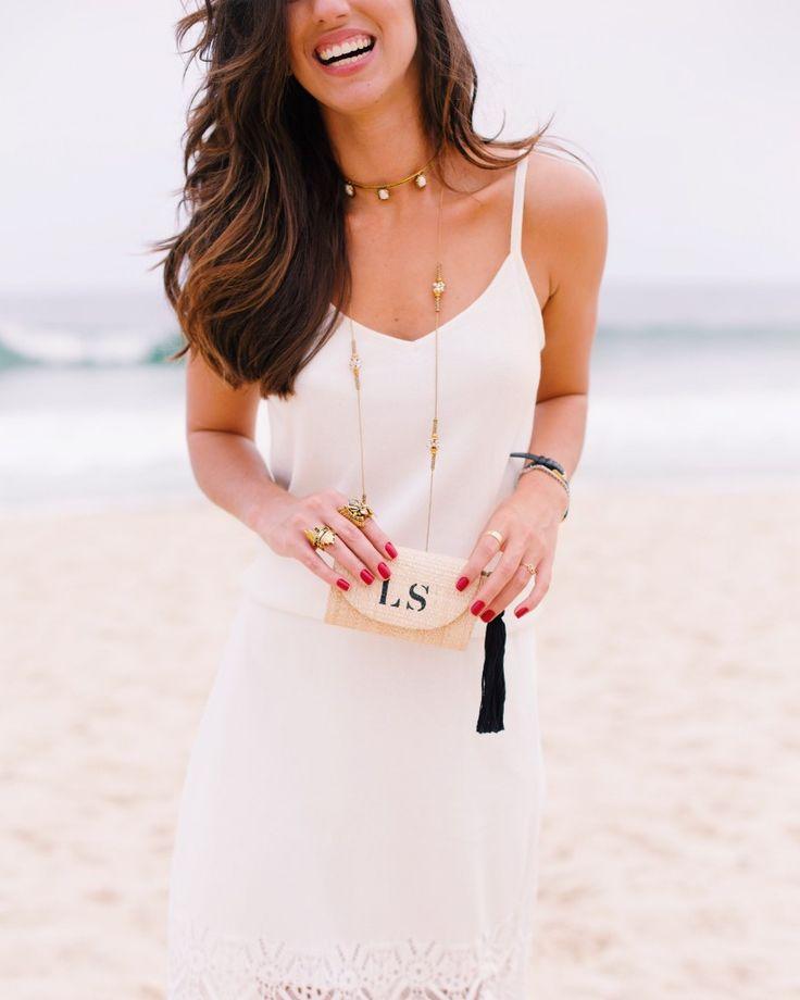 Colar e anéis dourados    acessórios    Jóias    delicados    clutch de palha com iniciais gravadas    Luiza Sobral    Look praia    beach look    elegant look    white and gold look