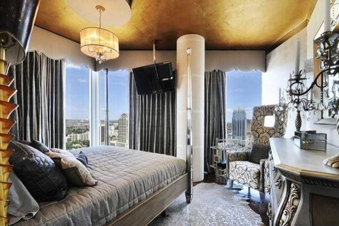 интерьер спальни, золотой потолок, серебро в интерьере