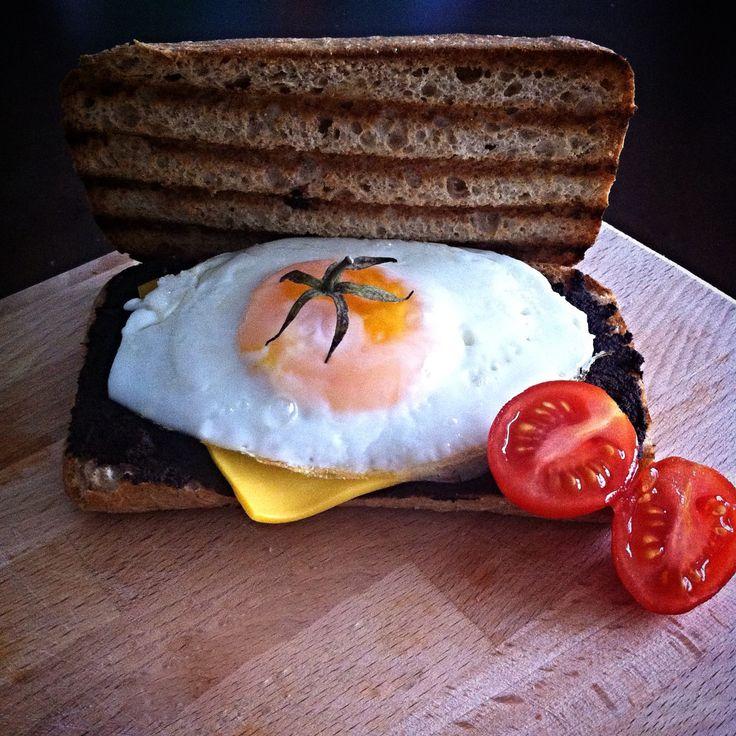 Kahvaltıyı tabakta yapmaktan sıkılıp ekmek uygulamasına geçtim.:) bir dilim cheddar peyniri ve kayısı kıvamlı tabiri ile pişmiş yumurta :)  breakfast