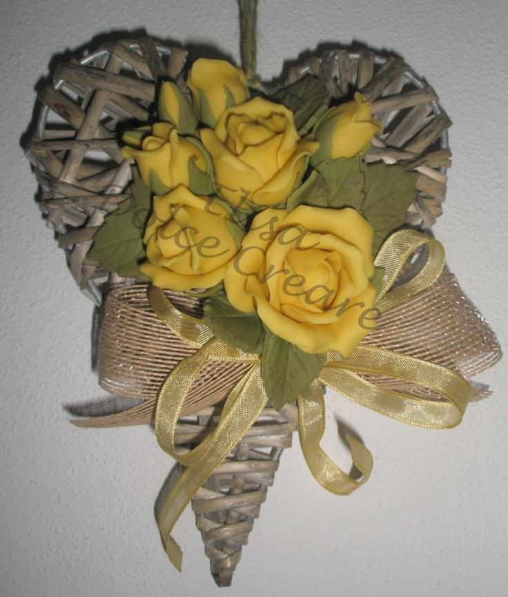 Cuore lungo in rattan con rose gialle in pasta di mais