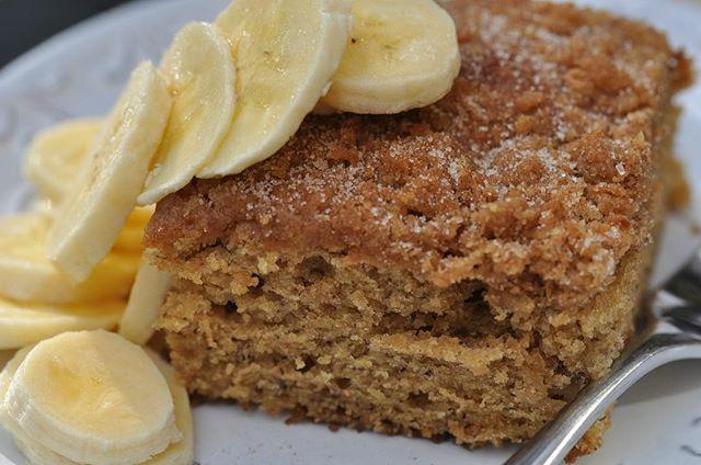 BOLO DE BANANA FIT! Obs: essa foto não é minha, é apenas ilustrativa. Fiz um bolo de banana sábado e não tirei foto porque esqueci :/ mas procurei a foto que melhor representasse a textura do bolo que fiz... INGREDIENTES  4 bananas maduras 4 ovos 1/2 xícara de óleo vegetal (pode ser côco, soja, milho) 1 xícara de leite 2 xícaras de farinha de aveia ou castanha de caju ou trigo integral 1 xícara de aveia em flocos  1/2 xícara de açúcar mascavo ou pode usar xilitol (confesso que não olhei a…
