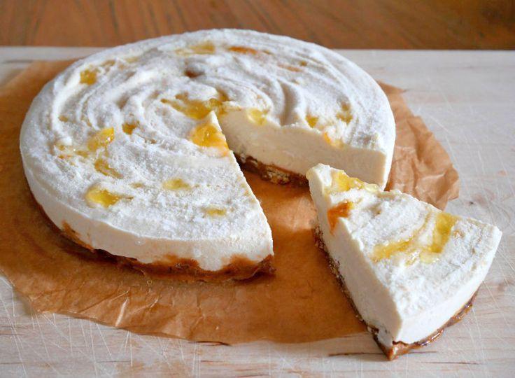 Cheesecake is voor veel mensen de ultieme verwentaart. Dat je ook een vegan cheesecake kunt maken van cashewnoten lijkt misschien onwaarschijnlijk, maar het is echt ontzettend lekker! Net zo romig en zacht als je misschien gewend bent van een cheesecake gemaakt van roomkaas. Door gember en marmelade toe te voegen aan dit romige taartje krijg …