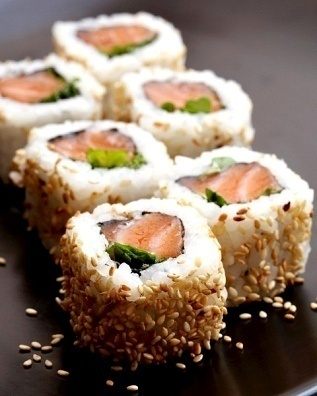 I sooo need to learn how to make this! I LUB Sushi!! Smoked Salmon Sushi Roll