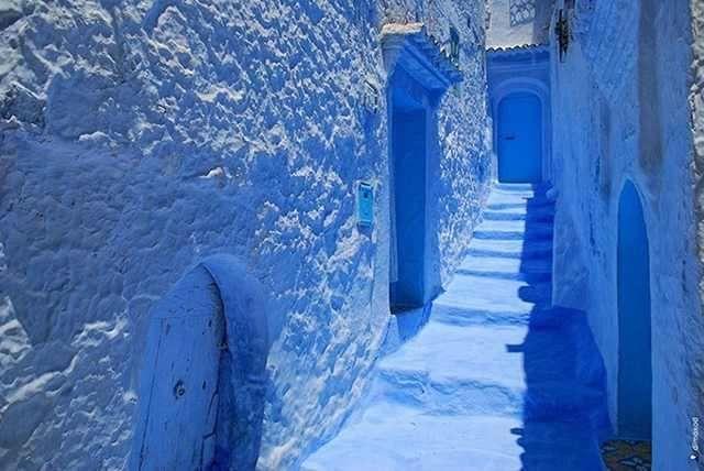 Pueblos. Chefchaouen, Marruecos  Este deslumbrante pueblo y atracción turística, ubicado en la región noreste de Marruecos, está completamente pintado de azul. Las casas, las calles, los pasillos y las plazas fueron pintados por ciudadanos judíos que habitaron en la zona durante la década de 1930.
