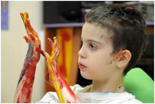 """В рамках проекта """"Арт-терапия"""" благотворительная организация """"Шаг навстречу"""" проводит занятия по рисованию для детей и взрослых с инвалидностью из детского дома №4."""
