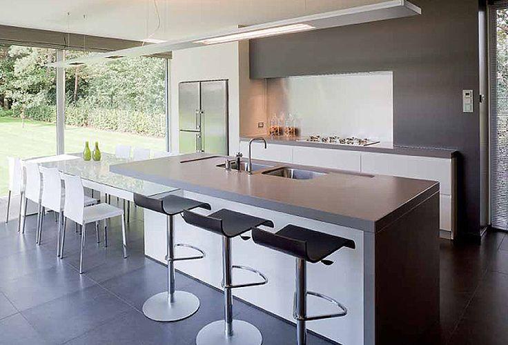 ... keuken. Moderne keuken met veel lichtinval. Uitzicht door de grote