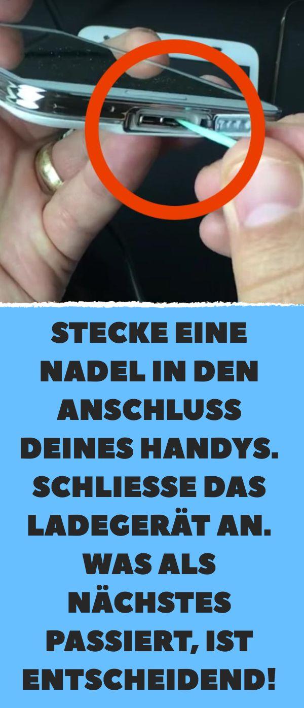 Stecke eine Nadel in den Anschluss deines Handys. …