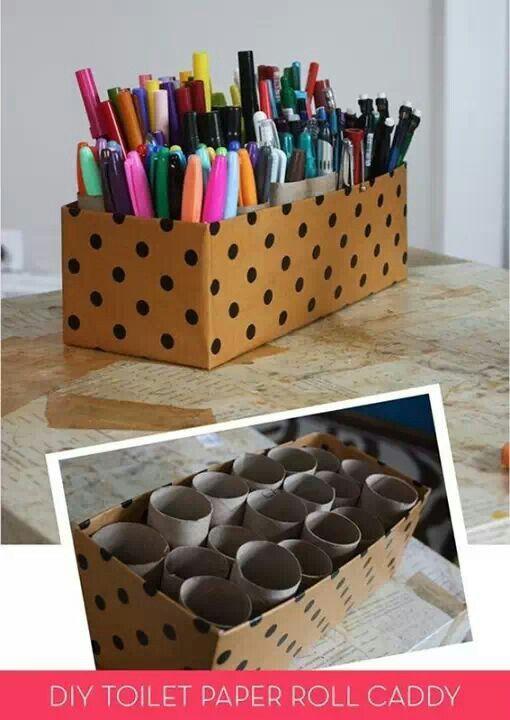 Rolo de papel higiênico dentro de uma caixinha para organizar canetas e lápis.